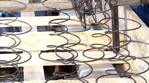 comment fabriquer un sommier tapissier | clouer les ressorts à la caisse du sommier